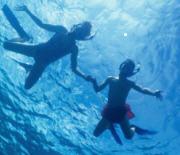Bambini che fanno snorkeling